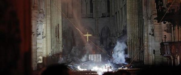 法國巴黎圣母院突發大火,標志性尖塔倒塌