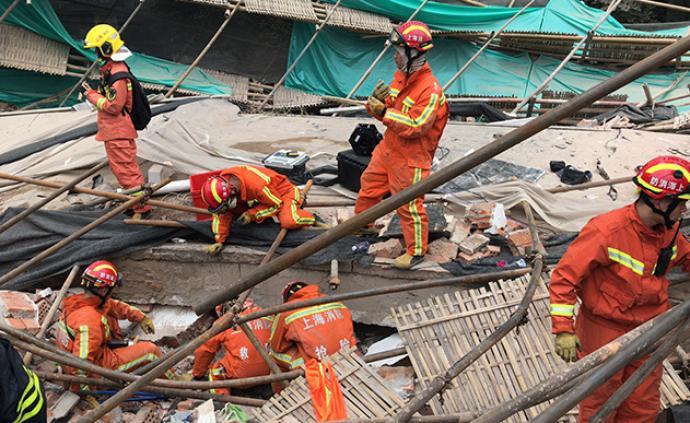 昭化路厂房事故已搜救出21人,市领?#23478;?#27714;全力搜救、救治