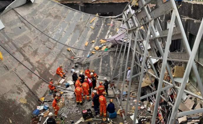 廣西百色酒吧坍塌:消防員通過生命探測儀、搜救犬搜尋幸存者