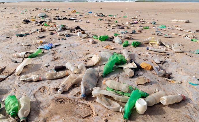塑料垃圾不僅充斥著天空與海洋,且已在偏遠島嶼上堆積如山