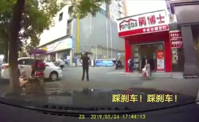 """岳陽女司機狂問丈夫""""到底哪個是剎車"""",撞碎沿街店鋪玻璃門"""