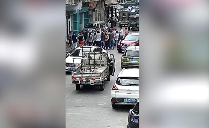 暖聞|佛山一男子被一噸鋼筋壓住,數十名路人合力抬鋼筋救援