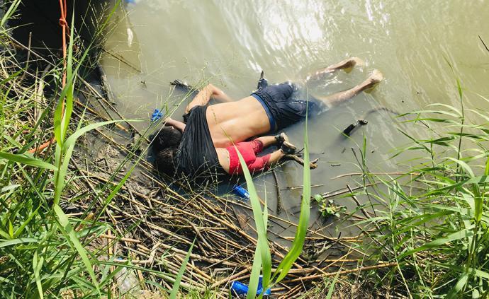 直击|萨尔瓦多男子带幼女穿越美墨边境溺亡:面朝下倒在水中