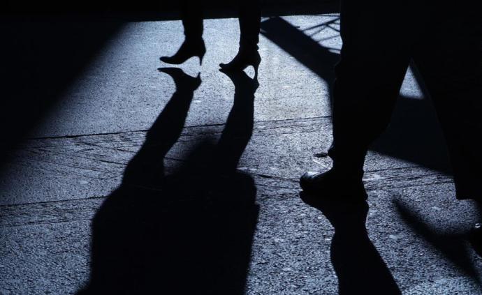 步入盛夏性骚扰话题引关注,代表建议分阶段完善地方立法