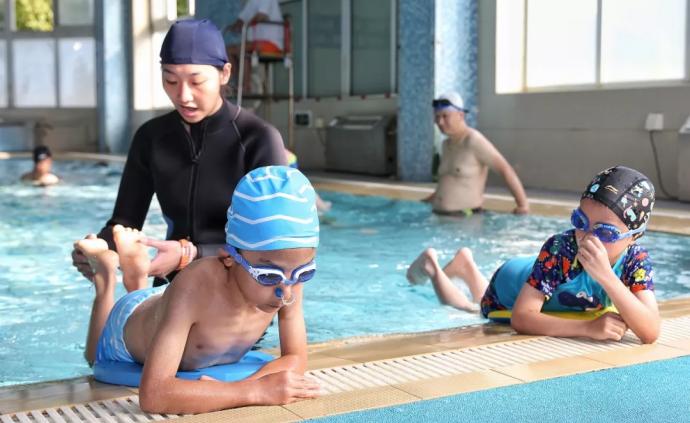 """""""刷臉""""掃二維碼就能暢游,上海800家游泳場所向市民開放"""