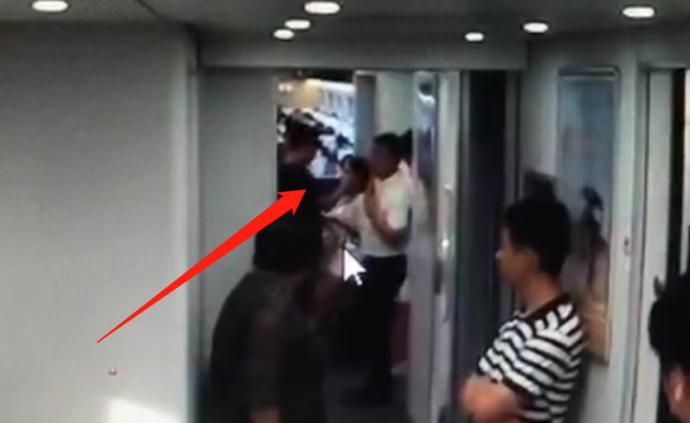 海南男子高铁上骚扰少女并谩骂打人,警方调监控将其抓获拘留