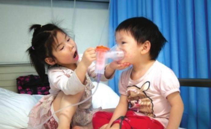 """3歲妹妹腫瘤晚期,5歲姐姐從老家輟學到醫院當臨時""""媽媽"""""""