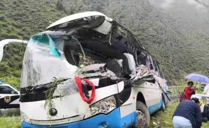 四川阿壩一旅游大巴車被飛石砸中,已致3人死亡