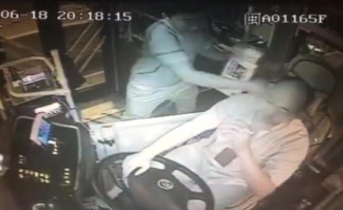 要求前門下車被拒后毆打公交司機致車撞涵洞,福州男子被批捕