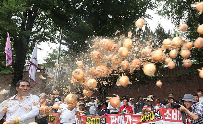 早安·世界|不满农业政策,韩国农民总统府前扔洋葱泄愤
