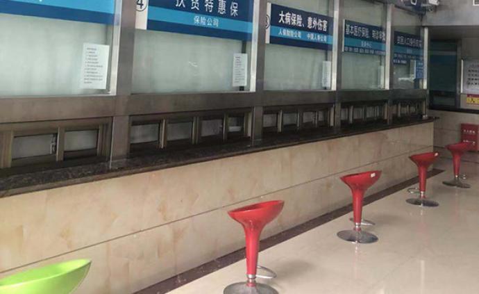"""湖南新宁县回应""""医院服务窗口设置太低"""":两天内完成整改"""