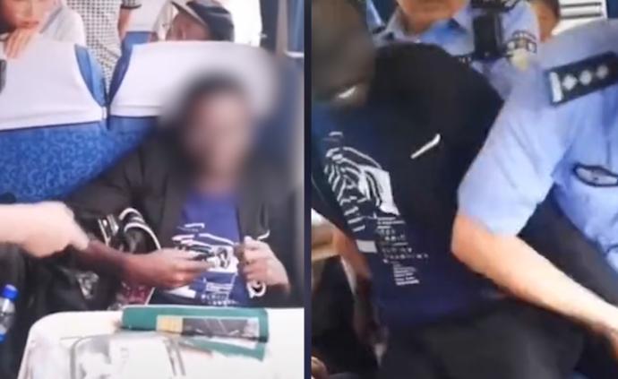 非洲男子火车霸座,被三次警告强行带离