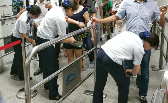 成都地铁安检员被喷伤眼睛续:已无大碍,曾有人遭水泼