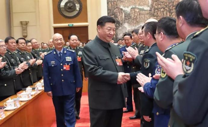 習近平俯身與老英雄握手,這些年他關愛退役軍人的話語超暖心