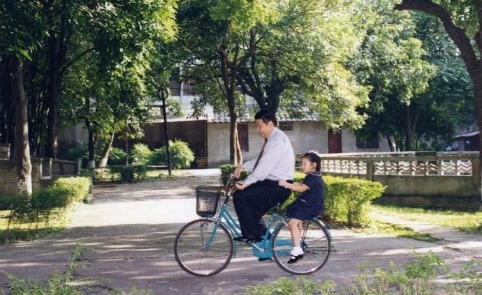習近平的自行車載過誰?
