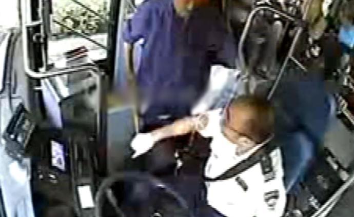 温州老人坐过站后不肯下车,公交司机疏散乘客后将其送回前站