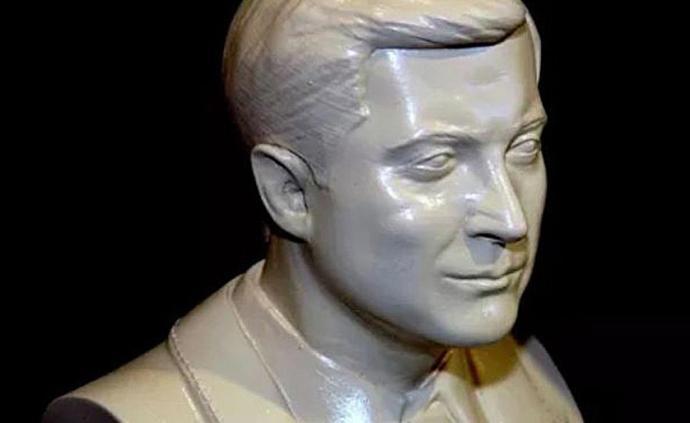 烏克蘭民眾塑總統半身石膏像做贈禮,澤連斯基堅決拒收:嚇人