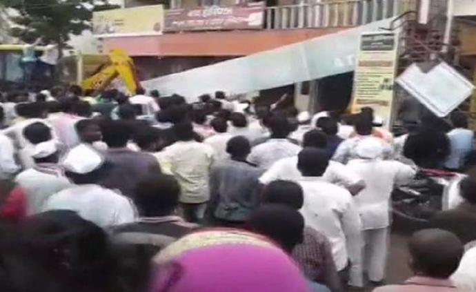 印度一银行办公大楼屋顶垮塌,25人被困