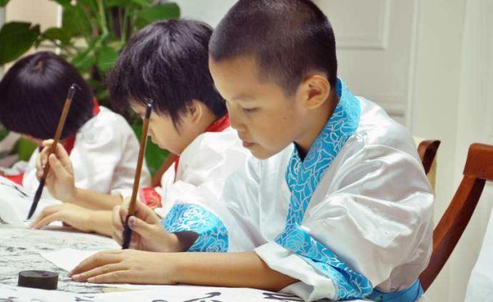 吴昌硕文艺基金会助力书法进校园,同时展出书画与收藏