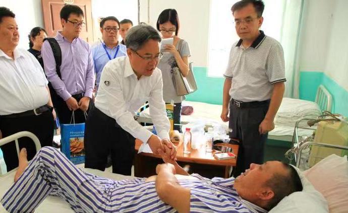 姜再冬大使看望慰问老挝重大交通事故受伤人员