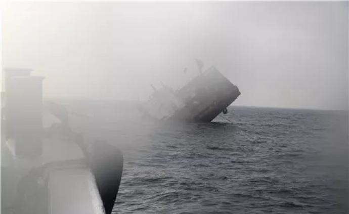 浙江舟山海域一艘载有13人渔船撞上山体,民警海上救援成功