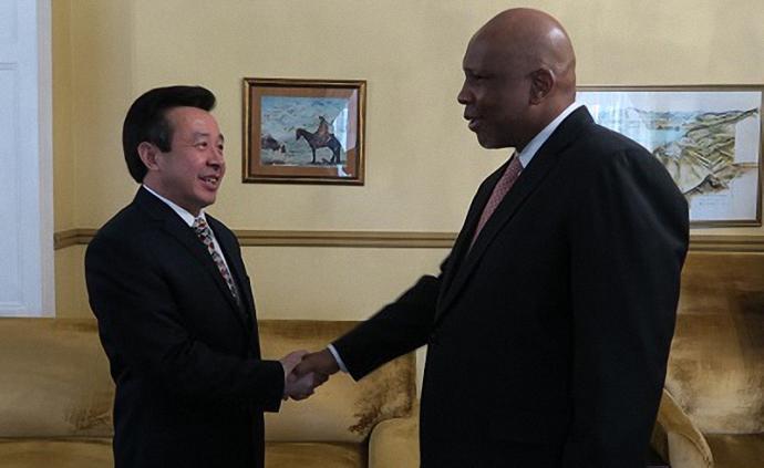 雷克中出任中国驻莱索托大使,曾任驻珀斯总领事等职