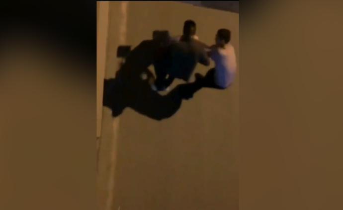 """丹巴警方通报""""女子街头遭男子殴打"""":系情侣,男子被拘3日"""
