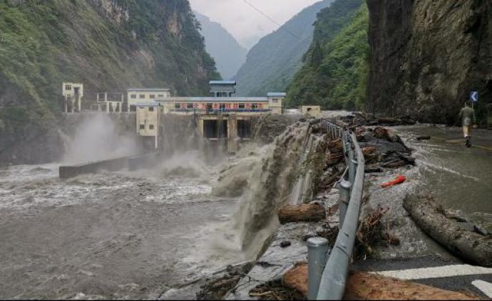 四川卧龙龙潭水电站大坝漫坝情况好转,水位持续下降