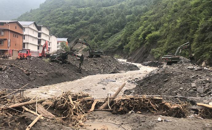 武警某部交通第二支隊赴汶川搶險,已清理道路兩公里