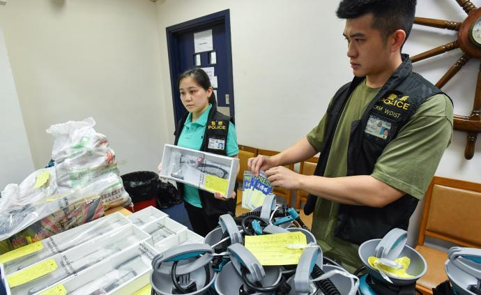 香港警方8月31日在港島西區拘捕8人,涉嫌藏有攻擊性武器
