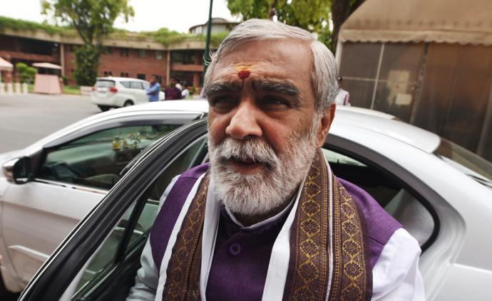 早安·世界|印度卫生部长称牛尿可用于制药并治疗癌症