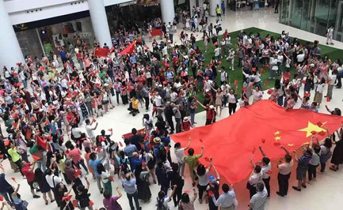 中秋节香港市民齐唱国歌:为中国加油,为香港加油