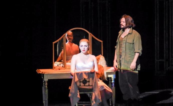 在大女主戏《贝隆夫人》里,女性观众更能找到共鸣
