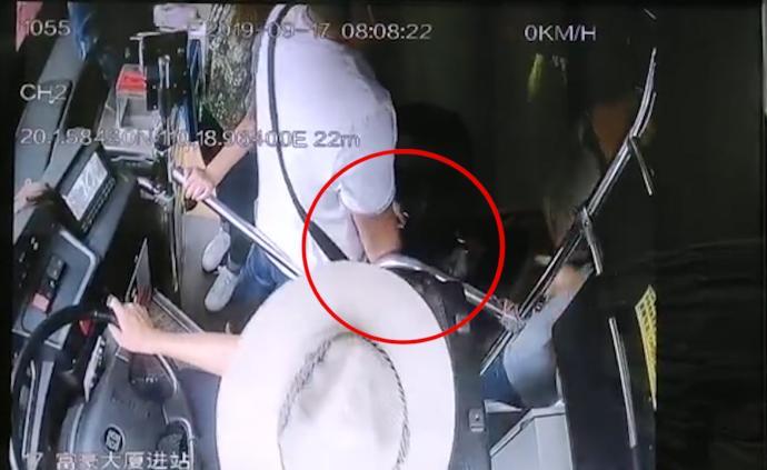 公交司机一声怒吼,帮乘客夺回被盗手机