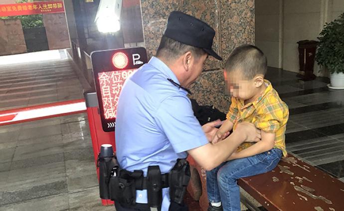暖闻|粗心母亲打麻将致4岁娃走失睡街边,民警抱起娃找家长