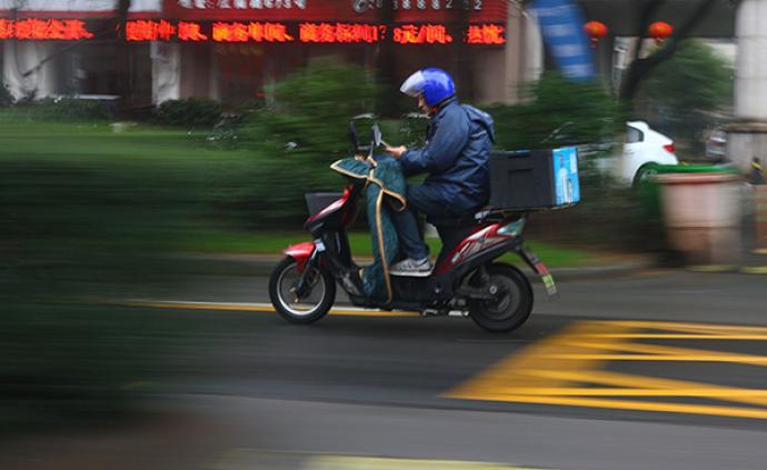 """濟南交警將""""騎電動車、自行車玩手機""""列入嚴查范圍"""