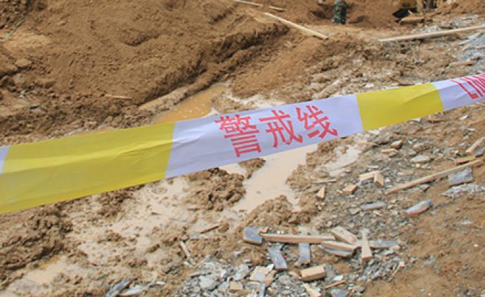南京秦淮區一棟建筑發生墻體坍塌,現場共5人已救出3人