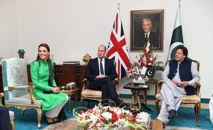 """威廉王子訪巴見童年球友伊姆蘭·汗,還自稱是母親""""大粉絲"""""""