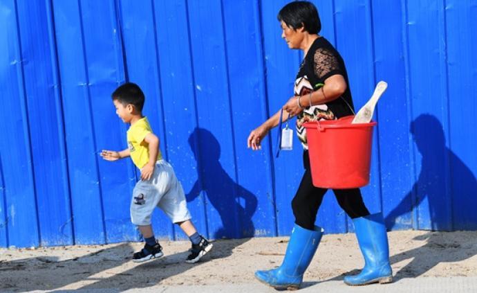 安徽一山區小鎮陪讀從幼兒園開始:有奶奶同時照顧3個孫輩