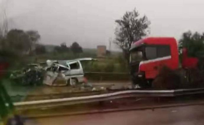京昆高速稷山路段一半掛車與面包車相撞,已致6死2傷