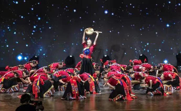 广场舞其实很丰富,亲子团、男团、民族舞展示广场舞新面貌