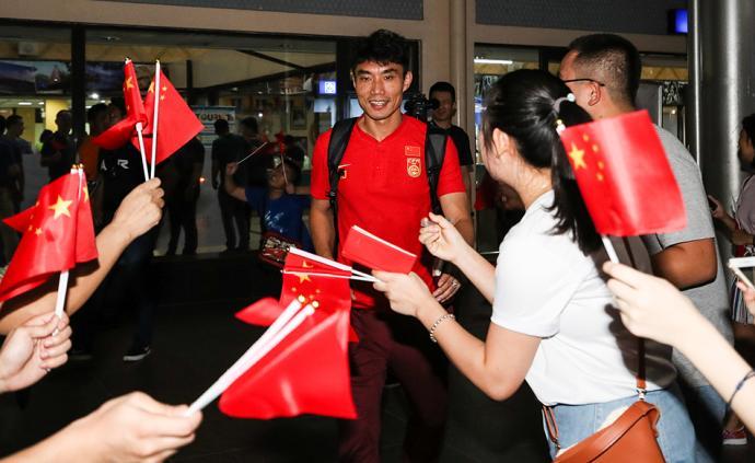 """中国男足包机直飞菲律宾,空姐口误称国足为""""恒大贵宾"""""""