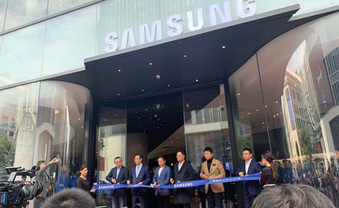 在蘋果上海南京東路店對面,三星開了家中國最大的旗艦體驗店