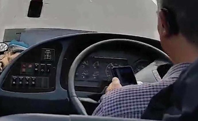 恩施客車司機駕車時用手機報告實時位置,遭記分罰款后被解聘