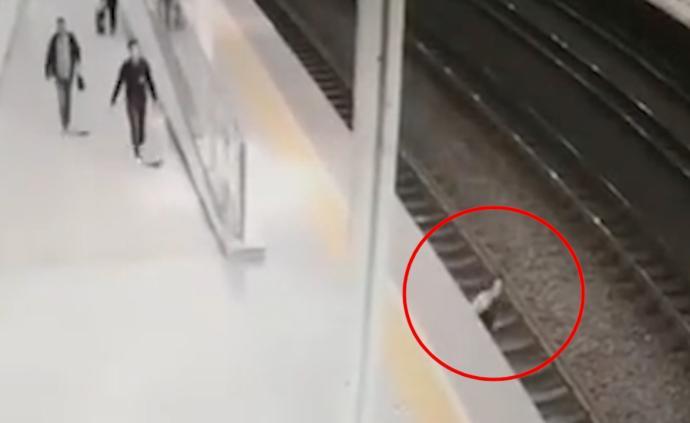 女性旅客跳入轨道,火车站上演生死50秒