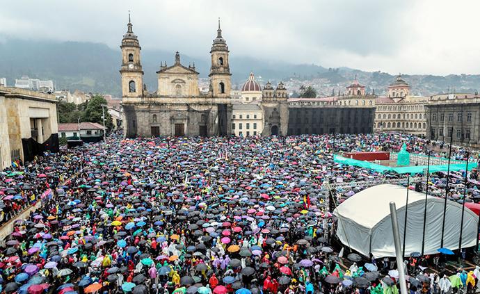 早安·世界|哥倫比亞爆發大規模示威抗議活動,數十萬人參與