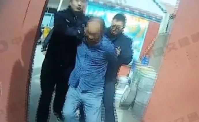山東濰坊一對父子辱罵威脅并飛踹執勤民警,目前已被刑事拘留