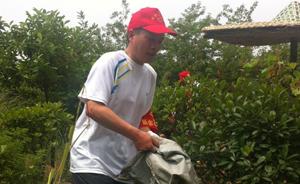 江西新余市委书记在山林中捡垃圾,被路过的网友发现