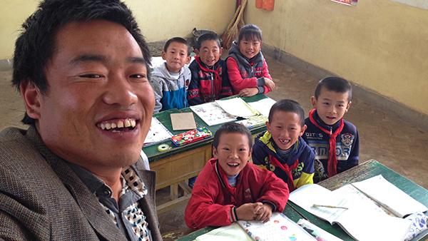 视频|乡村教师与学生们的第一次自拍合影