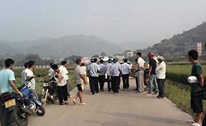 广西4名小学生上学路上遭砍杀,警民2000余人围捕嫌犯